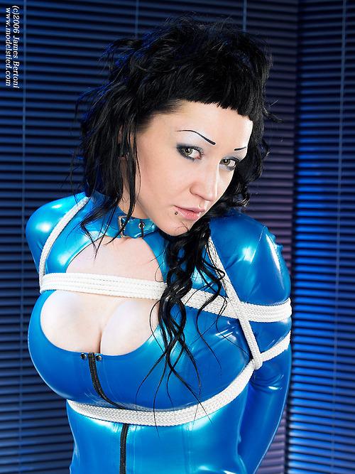 scharfe-schlampe-in-blauem-lackkleid